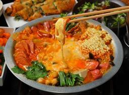 【食堂BAR カスミガセキ】辛さがやみつき! ケールを使用したオリジナル鍋や、チーズたっぷり! 韓国の定番鍋が新登場!